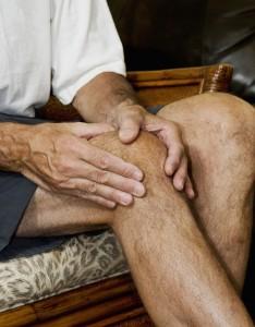Боль в колене при сгибании: основние причини